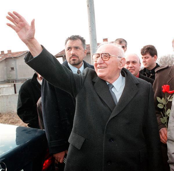 Безпътицата, оставена от Живков и Борисов, е еднаква.