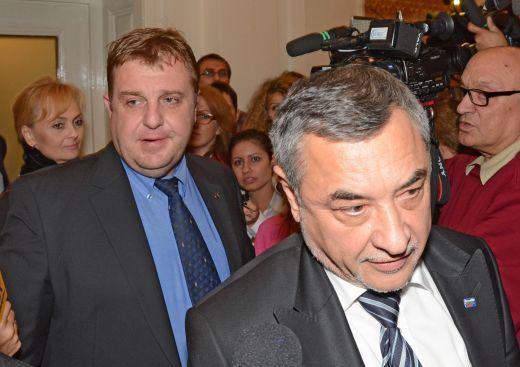 Бойните самолети и циганите прекратиха комуникацията между Симеонов и Каракачанов.