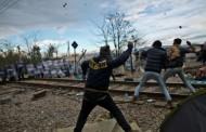 Масови сблъсъци между полиция и бежанци избухнаха по границата на Македония със Сърбия