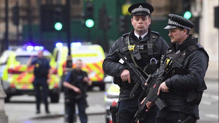Бял мъж гази мюсюлмани в Лондон