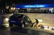 Кола падна по стълбите на метро след гонка с полицаи в Берлин