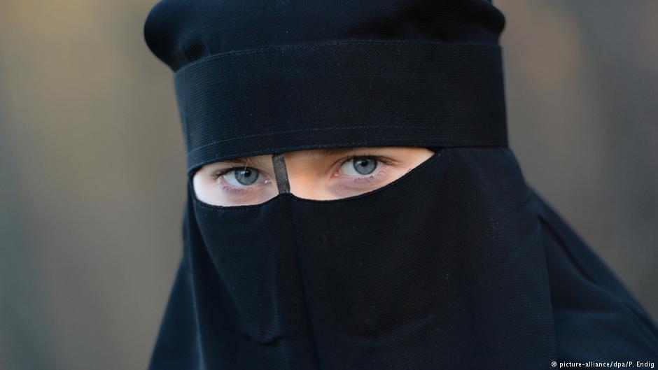 Мюсюлманска ученичка прерязала гърлото на полицайка в Германия, защото не можела да отиде при ИД!