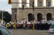Мащабен протест пред Министерски съвет в момента