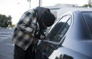Новият гаден трик на крадците! За секунди тарашат кола, докато вие сте..