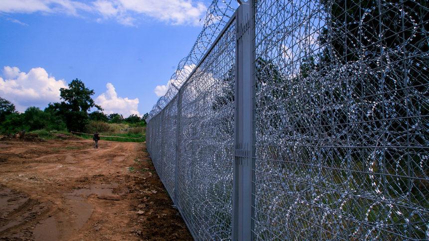 Оградата по границата ни се преминава с китайски сгъваеми стълби…