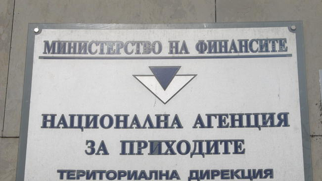 Данъчни погнаха гръцка таверна заради американски туристи.