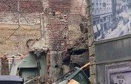 Започнаха да събарят къщата на Рачо Петров и багерът падна