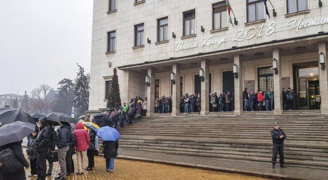 Опашка пред БНБ за новата двулевка, посветена на българското европредседателство (снимки)