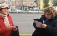 Двама контрольори пишат акт на възрастна жена (Видео)