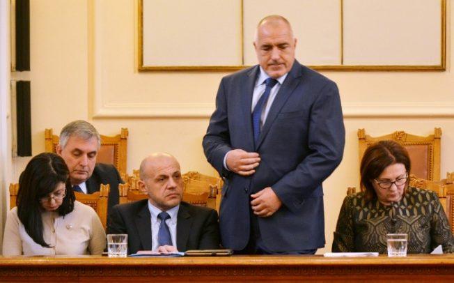 Премиерът Бойко Борисов започна да се обяснява за неспазената процедура, искана от президента Радев