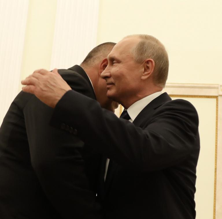 При срещата Борисов – Путин, Путин изглеждаше като гигант! Нещо му става на българския премиер, който като види чужд лидер, се хвърля в обятията му