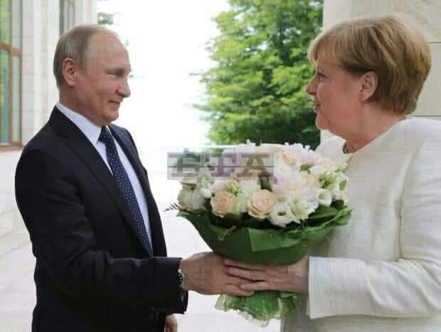 Владимир Путин посрещна Меркел с рози.
