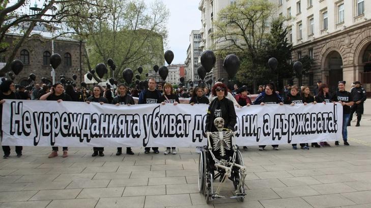 Вдигат палатков протестен лагер пред НС: Сиситемата ни/ги убива