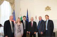 """Министърът на външните работи Екатерина Захариева награди посмъртно американския дипломат Юджийн Скайлър с почетния знак на МВнР """"Златна лаврова клонка"""""""