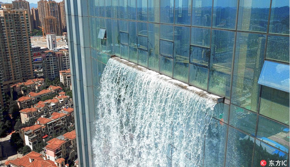 Невероятно! Водопад се спуска по фасадата на небостъргач от височина 108 метра (ВИДЕО/СНИМКИ)