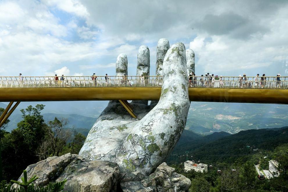 """""""В ръцете на Бог"""" – уникалният мост, който привлича туристи от цял свят! (ВИДЕО)"""