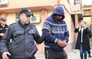 Въоръжени цигани с брадви арестуваха полицаи в районно управление.