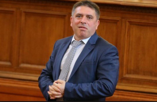 Връчват оставката на правосъдния министър Данаил Кирилов. Той се крие.