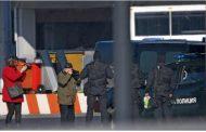 Евгения Банева пристигна окована на летище София