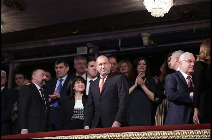 """Наглост! Караянчева изгони майките от Парламента, но се е наредила във ВИП ложата за """"Българската Коледа""""!"""