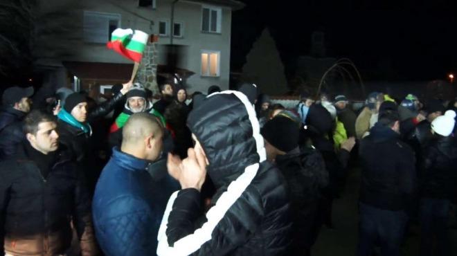 Командоси и футболни фенове на протест във Войводиново