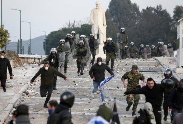 В Атина е като война. Хиляди хора по площадите.