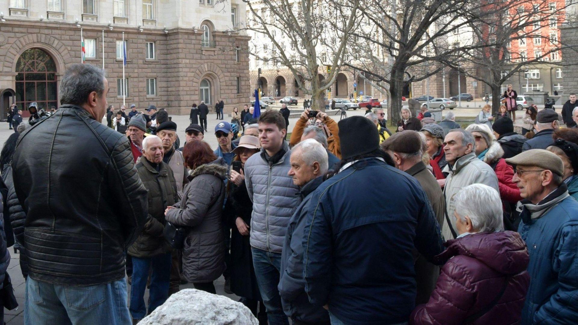 Протестът срещу президента Радев бе смехотворен от 100 човека!