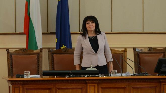 Екшън в парламента. Караянчева събира депутати за кворум.