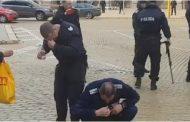 Светът ще се смее на тези кадри! Когато пръскаш протестиращи със сълзотворен газ, но не знаеш че има вятър