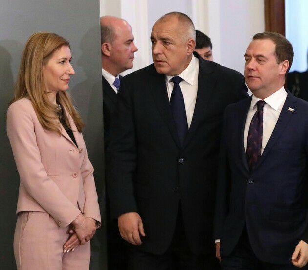 Когато ръцете на министърката говорят, премиерите мълчат…