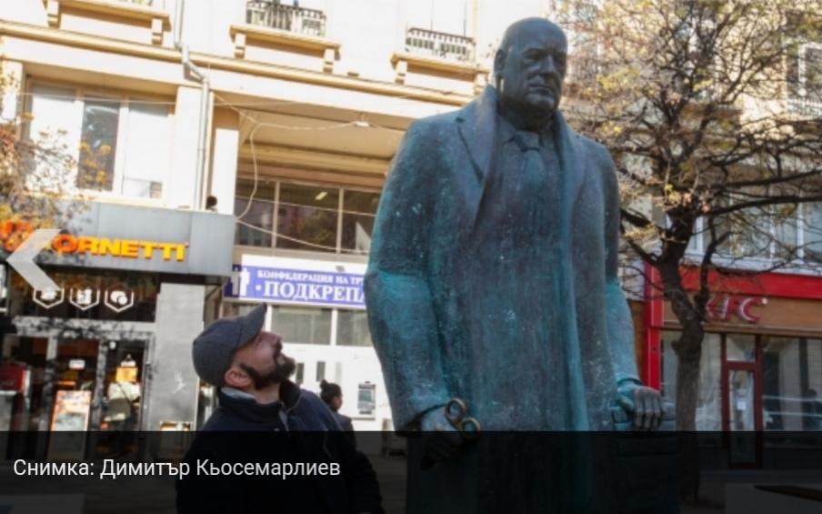 """Скулптор подигра Борисов на площад """"Гарибалди"""". Очите светят в червено"""