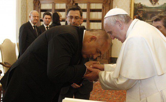 Абсурдно е премиерът Борисов да се кланя на Папата като православен! Да се поклони на всички баби и дядовци, които мизерстват в България!