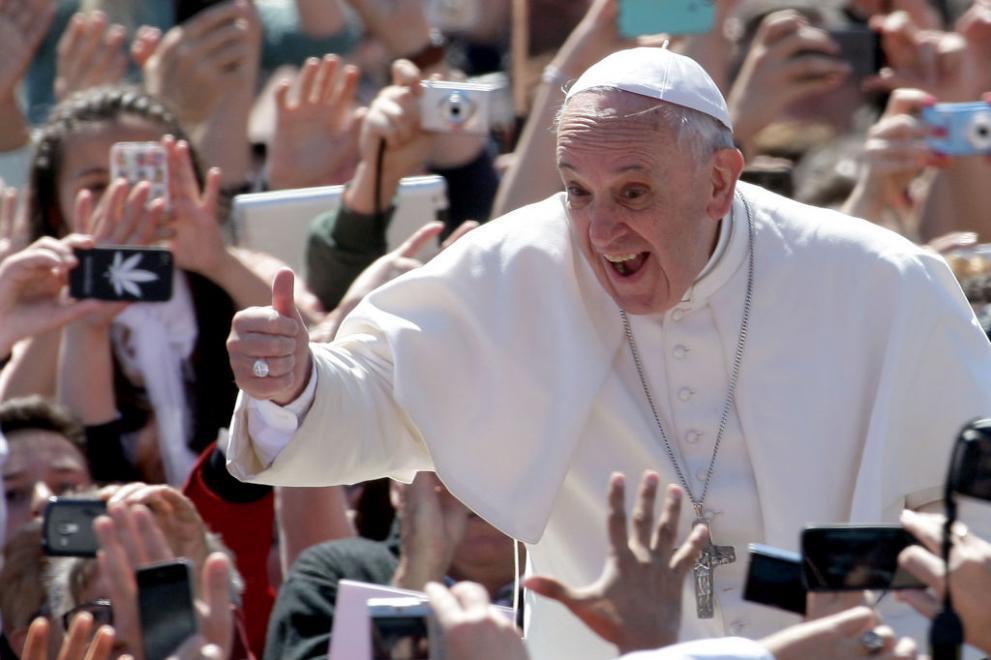 Папата пристигна в България! Посрещнаха го тези, които българина смята за мафия!