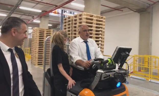 Премиерът си хареса Илияна в датския център и я повози с електрокар