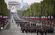 Впечатляващ военен парад в Париж – летящи войници, роботи и дронове