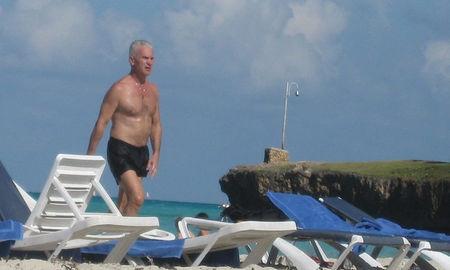Цирк на плажа с Волен Сидеров! Взели му шезлонга!