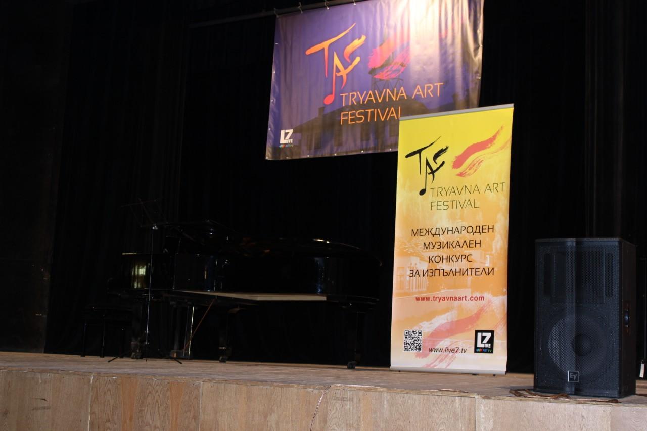 Кметът на общинаТрявна Дончо Захариев откри третото издание наТRYAVNAART FESTIVAL