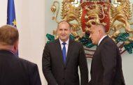 Битката между Борисов и Радев за сега е в полза на Борисов. Премиерът си изкарва мандата спокойно.