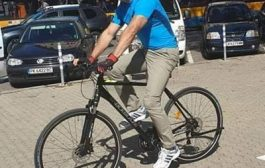 Президентът Румен Радев бе засечен да ходи на работа с колело.