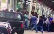 Разгневени граждани вързаха кмет за пикап и го влачиха по улиците!