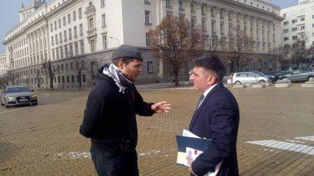 Пуснатият на свобода, осъден за убийство Полфрийман, причака правосъдния министър на площада.