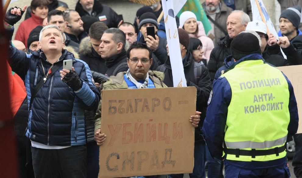 Протест пред Министррството на Петя Аврамова. Напрежение и сигнал за обгазени