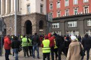 """Протестиращи пробиха полицейски кордон, скандирайки """"Мафия"""" и """"Оставка"""" под прозорците на премиера!"""