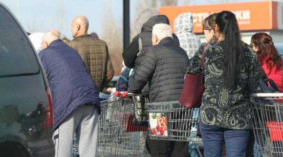 Опашки пред магазини в София, хората се презапасяват