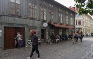Швеция се бори с коронавируса с пълни заведения, ресторанти и курорти.