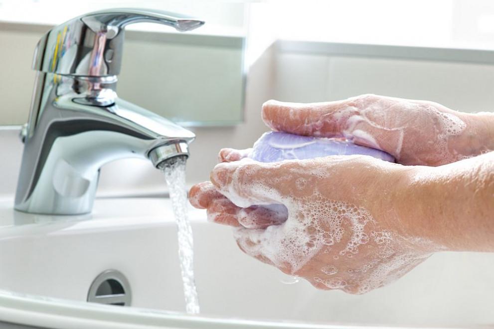 Дерматолози предупреждават, че при прекаляване н миенето на ръцете се появява дерматит.