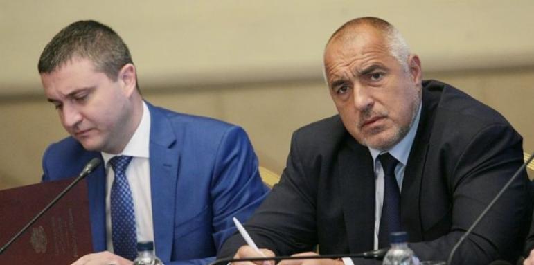 Владислав Горанов се сдоби с нов шофьор в лицето на премиера Борисов, охраняван от кмета на Перник.