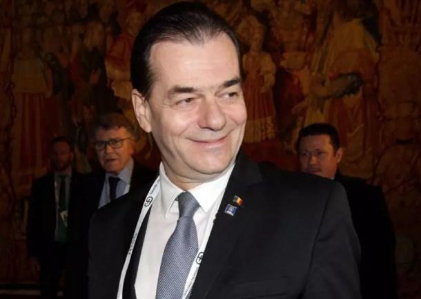 Премиерът на Румъния наруши правилата и плати глоба от над 600 евро, че е без маска, пушейки!