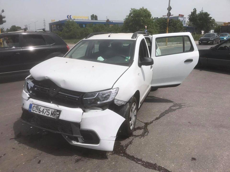 "Младеж помля и колата на Карбовски. ""Мамка ви, ако не ги спрете законно, ще ги спра аз"", закани се журналистът"