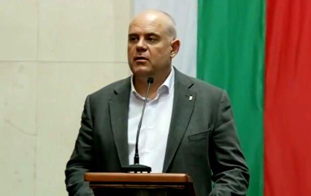 Главният прокурор Иван Гешев информира президента Радев, че ще изчака края на президентския му мандат и ще го разследва.